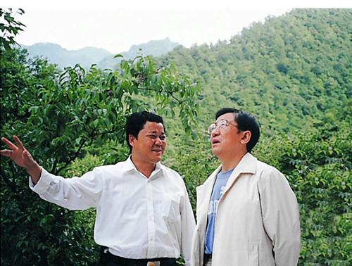 2003年,省长贾治邦视察工作_副本.jpg